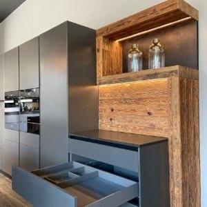 Stauräume , graue Küche mit Holz