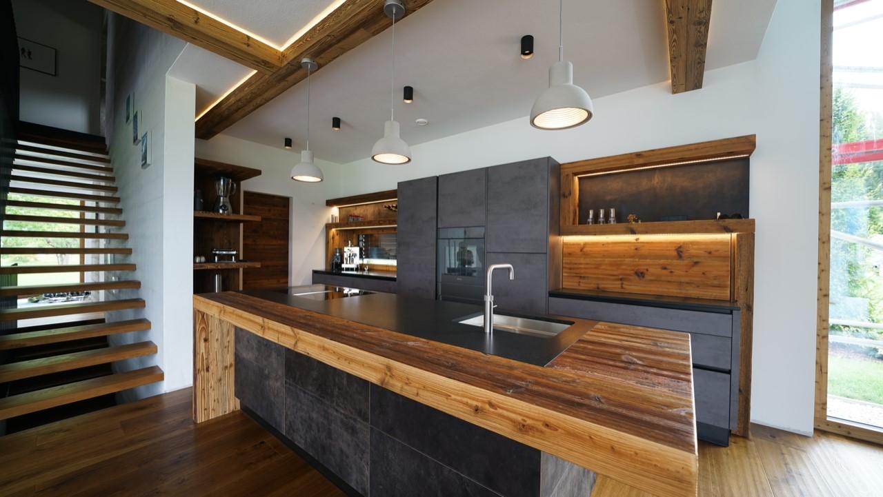 Küche anthrazit mit Altholz