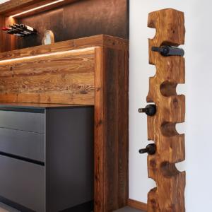 Weinregal in Holz, Klappenschrank mit LED, Küchenrückwand mit Altholz und LED Beleuchtung
