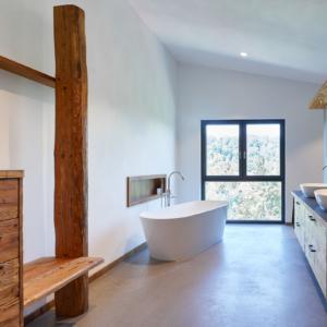 Badezimmer Altholz, Waschtisch mit Aufsatzbecken in weiß, Badewanne weiß